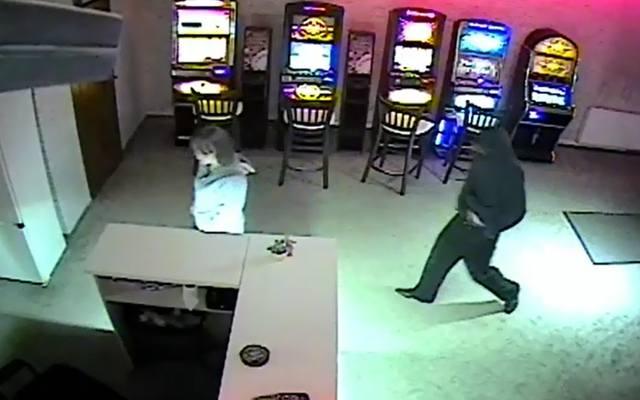 Grozili kobiecie nożem i okradli salon gier