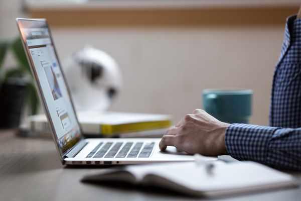 W jaki sposób sklepy internetowe zyskują lojalnych klientów?